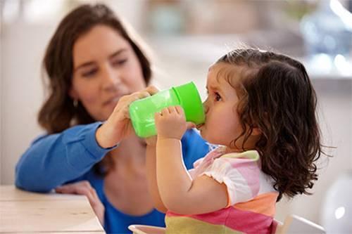 Как научить ребенка пить из кружки в 1,5-2 года, комаровский