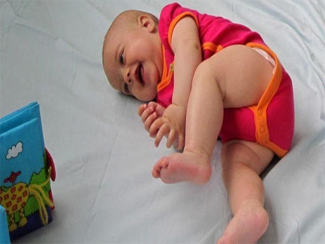 Когда ребенок начинает переворачиваться со спины на бок: во сколько месяцев бывает переворот, в каком возрасте считается задержкой развития, как научить