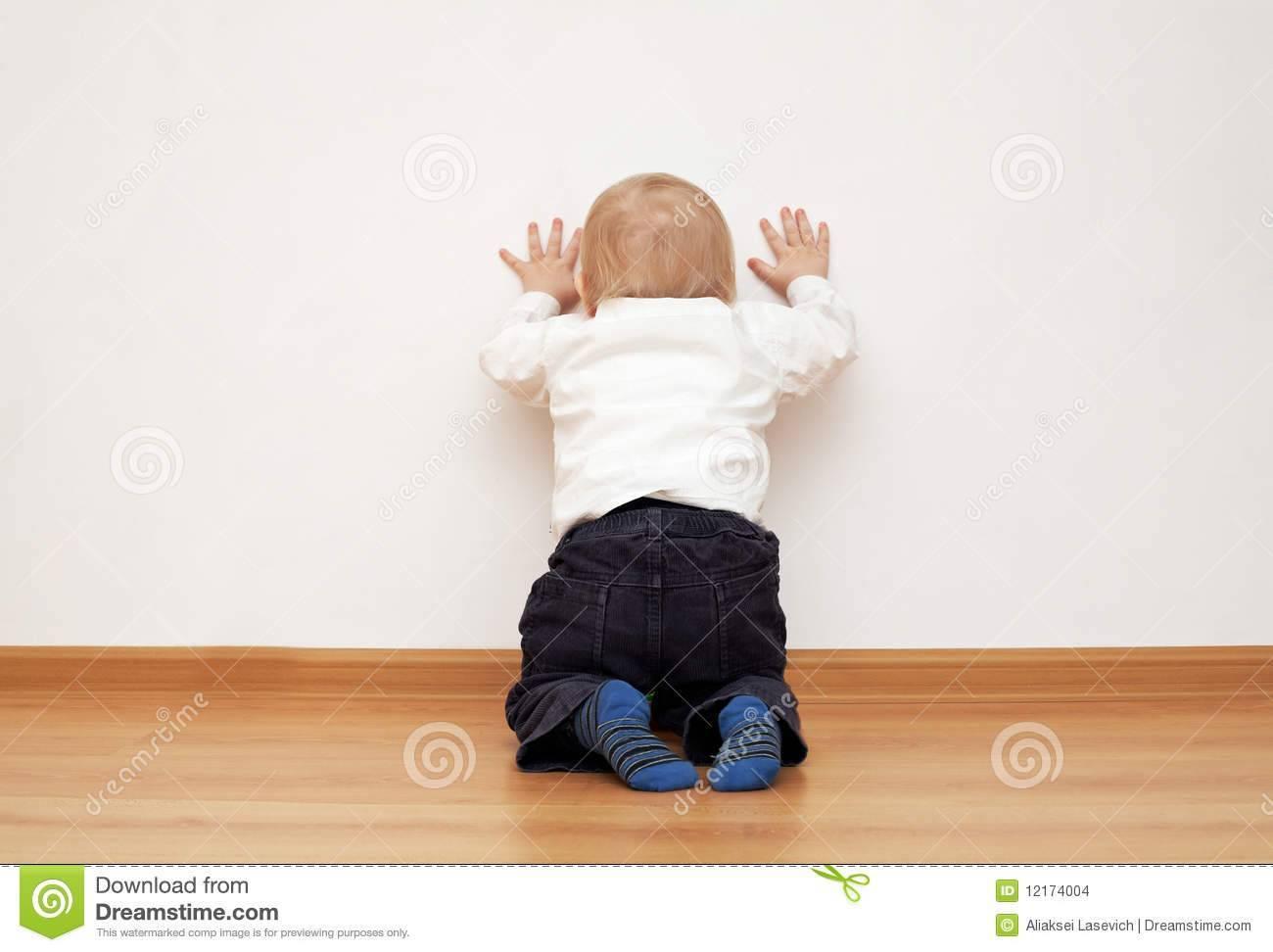 Почему ребенок бьет себя по голове: как реагировать