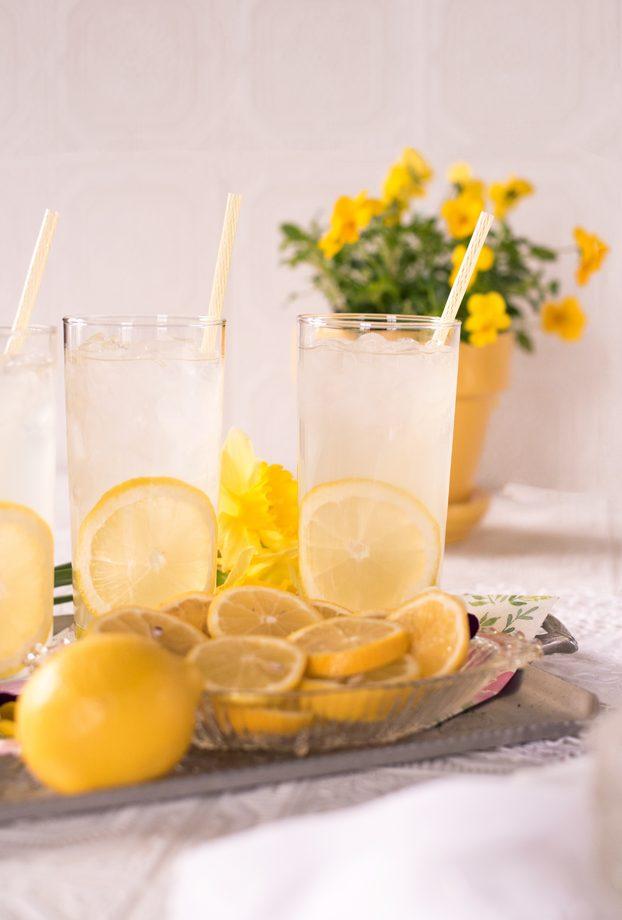 Чем поить ребенка до года: можно ли давать воду, чай, компот, сок / mama66.ru