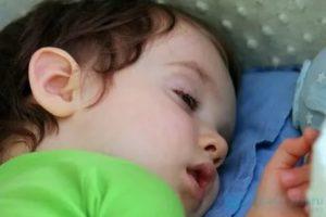 Ребёнок спит с приоткрытыми глазами: что делать?