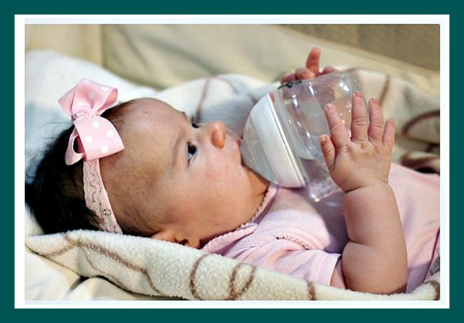 Можно ли новорожденному давать воду: доводы за и против допаивания ребенка