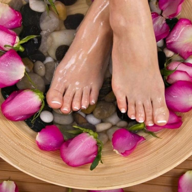 Как убрать запах из обуви (если воняет потом, сыростью и т.д.), удалить его быстро и надолго, как вывести неприятный аромат, в том числе, с помощью соды?
