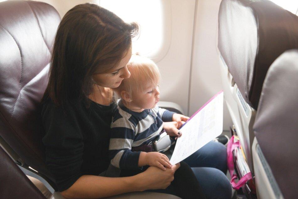 Перелет в самолете с ребенком: советы, подготовка и правила поведения