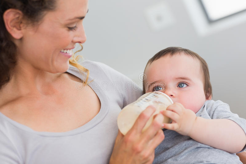 Можно ли кормить ребенка молоком другой женщины?
