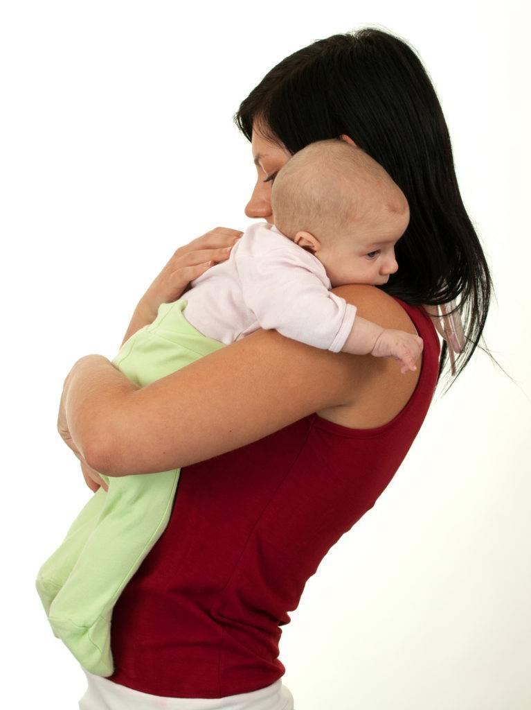 Нужно ли держать малыша «столбиком» после каждого кормления?