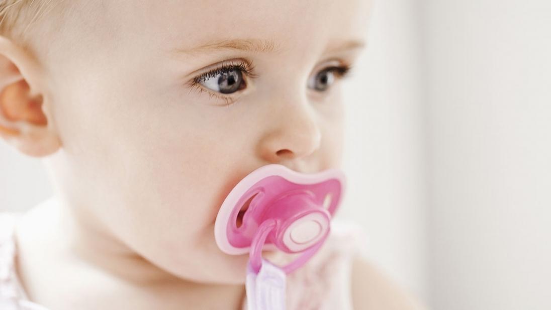 Как приучить новорожденного ребенка к пустышке?