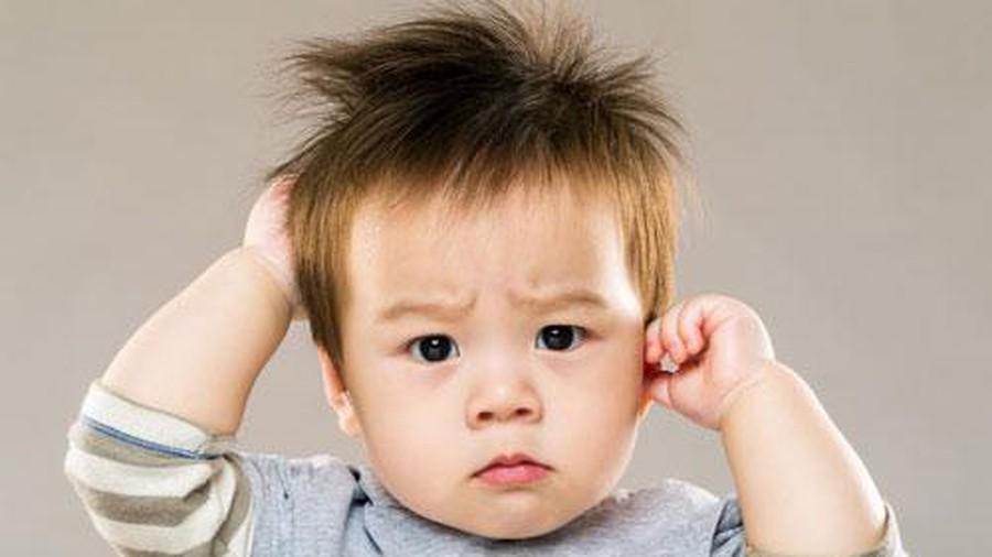 Непонятный симптом – почему ребенок чешет уши?