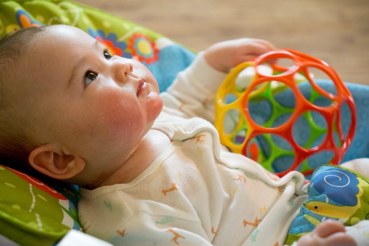Развитие ребенка в 3 месяца в домашних условиях: как играть, чем заниматься