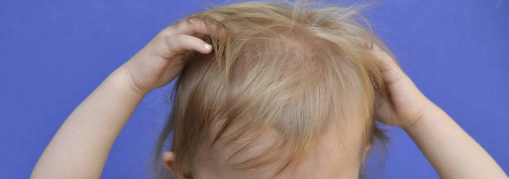 Ребенок чешет уши и глаза. почему ребенок чешет ухо