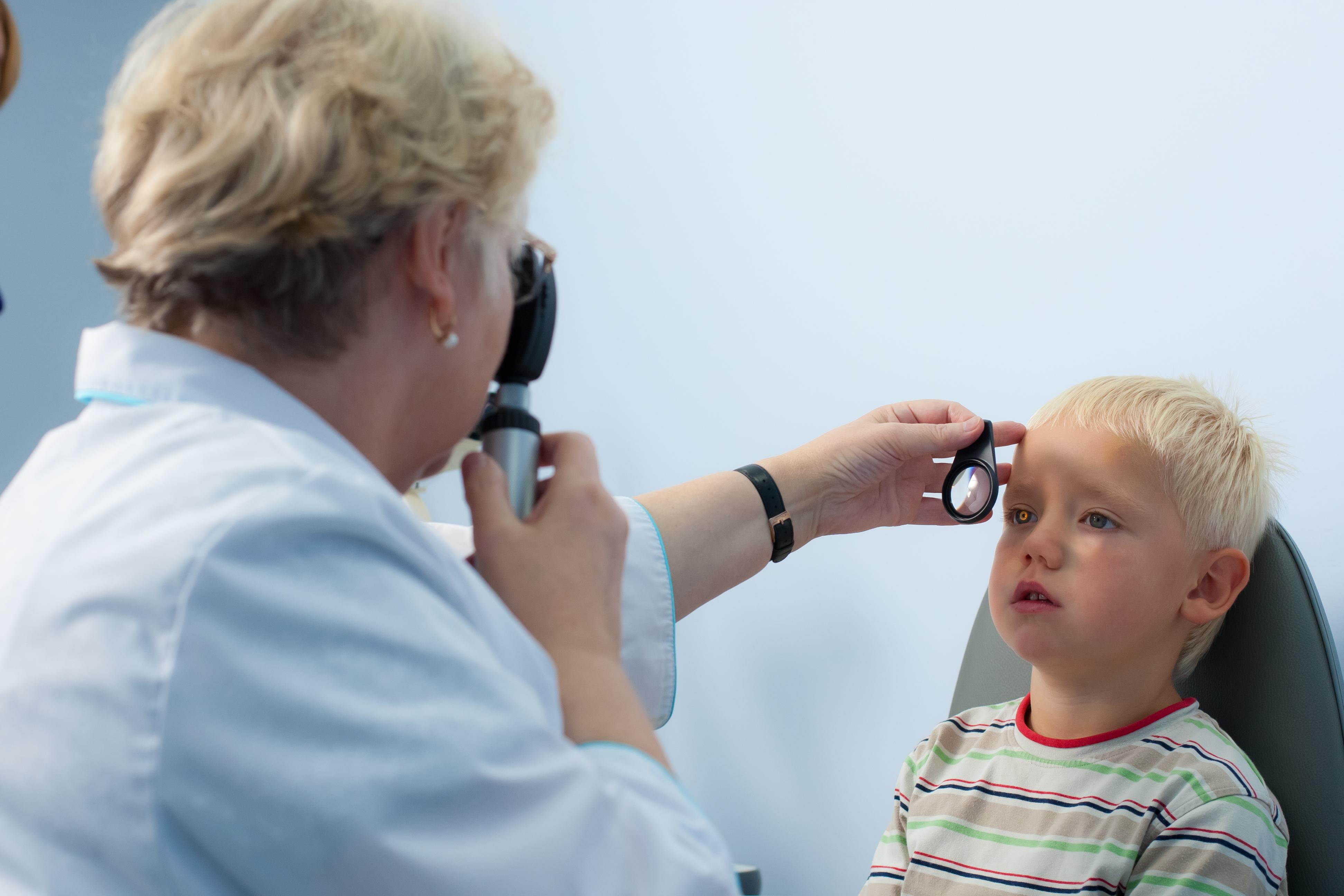 Какие глазные заболевания у детей встречаются чаще всего и как организовать их терапию - разбираемся