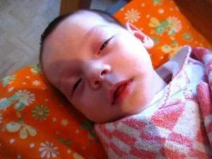 Ребенок закатывает глаза вверх или в сторону, когда засыпает или спит: почему это происходит? - wikidochelp.ru