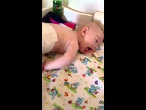 Учим ребенка переворачиваться с живота на спину видео