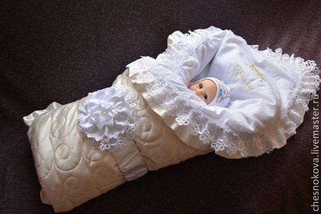 Красивый бант на выписку из лент на конверт новорожденного