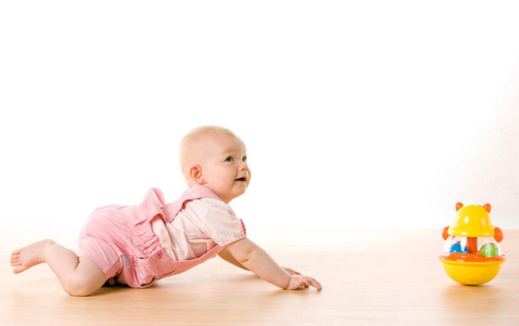 Как научить ребенка ползать на четвереньках правильно: упражнения с видео