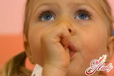 Грудничок сосет палец: почему и как отучить?