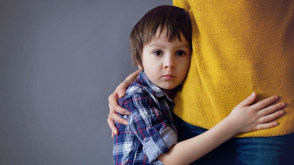 Почему малыш стесняется и как помочь ему преодолеть застенчивость - воспитание и психология