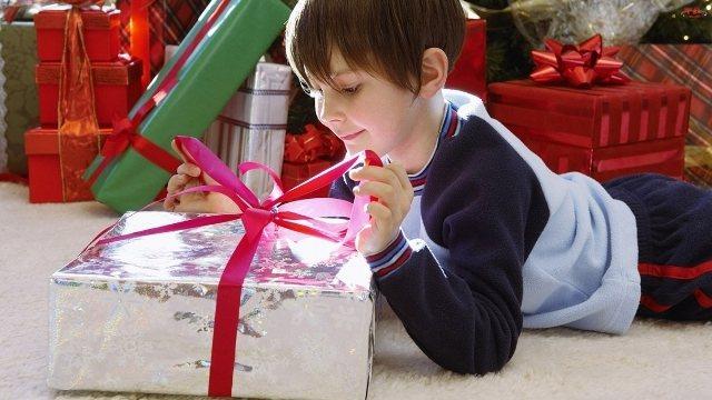 159 идей, что подарить одноклассникам на новый год 2021 + список подарков и советы