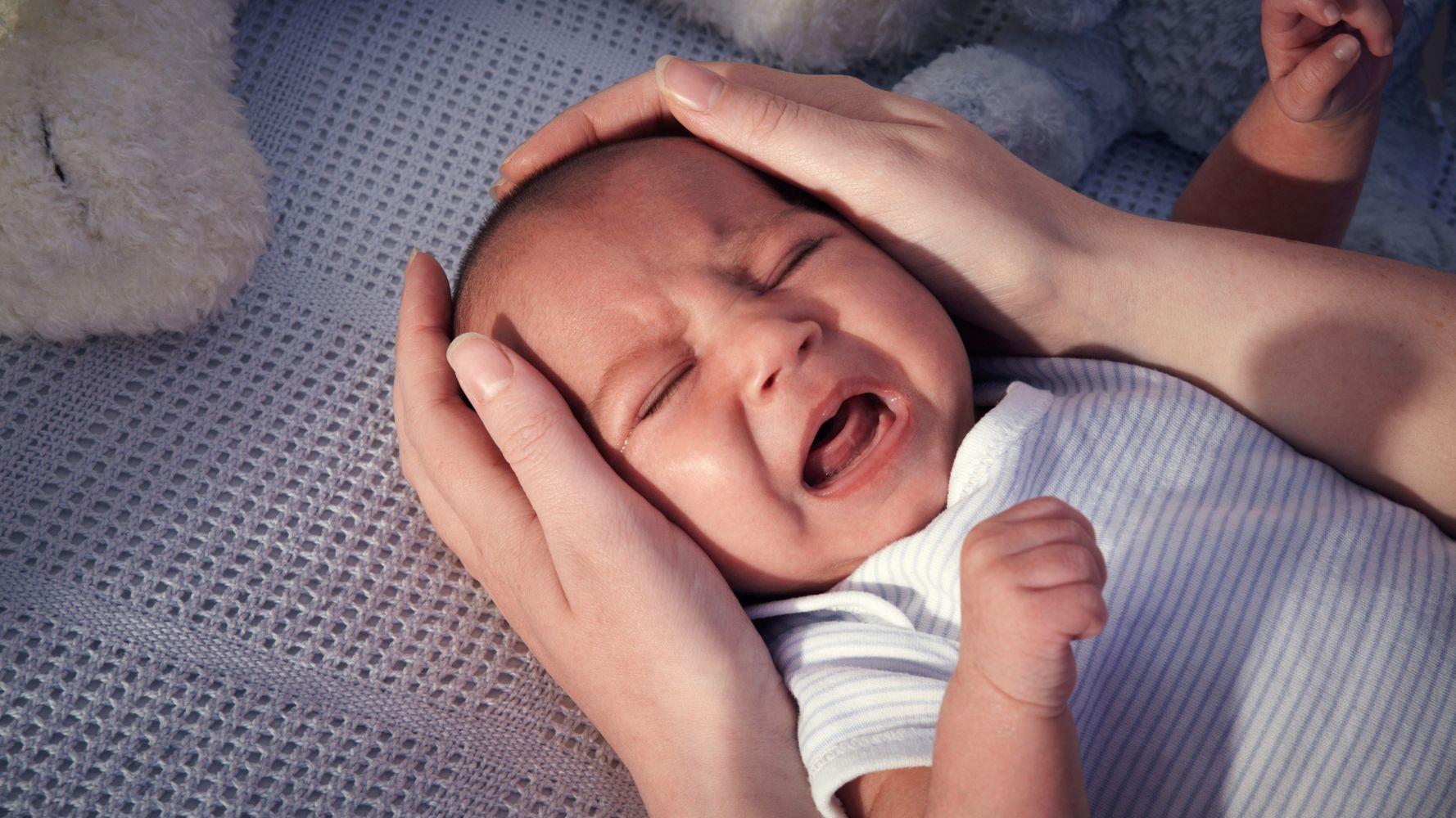 Малыш беспокойно спит по ночам и много ворочается: причины тревожного сна у грудничка и ребенка старшего возраста