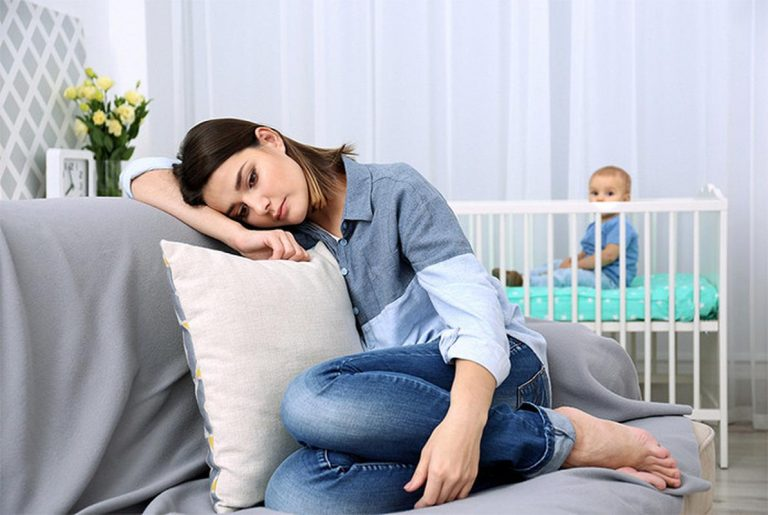 Депрессия в декрете у мамы: что делать и как справиться