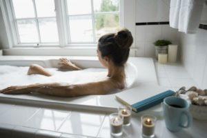 Можно ли принимать ванную после родов. когда можно начинать принимать ванну после родов и правила безопасных заплывов для кормящих мам. как правильно принимать ванну молодой маме