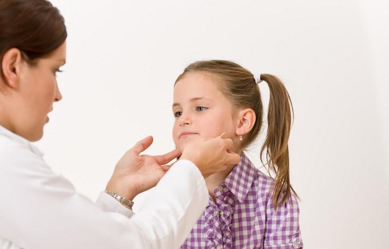 Боли в шее у ребенка: основные причины появления