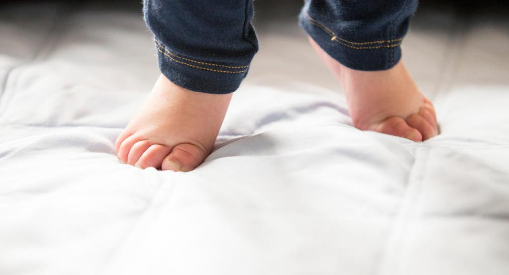 Почему ребенок ходит на цыпочках: обзор основных причин и тактика решения проблемы