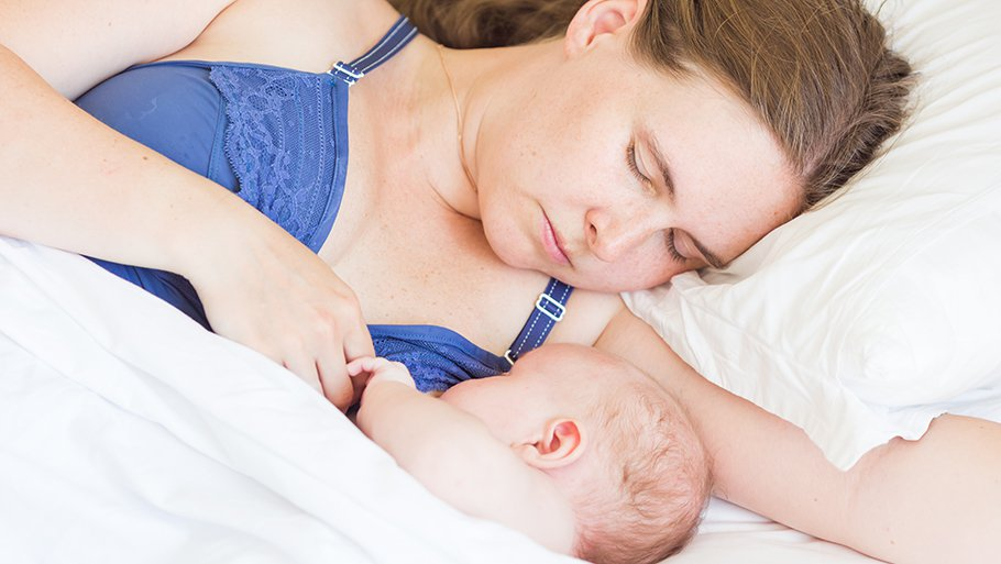 Болит грудь при грудном вскармливании: причины и что делать