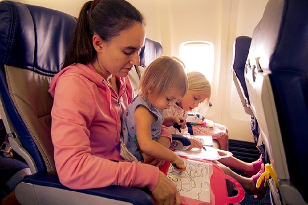 10 лучших игр и игрушек для детей 2-5 лет в самолете или поезде – чем занять ребенка в дороге?