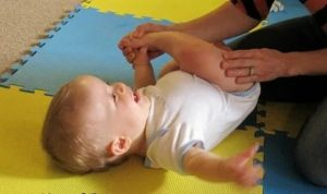 Когда ребенок начинает держать голову | уроки для мам
