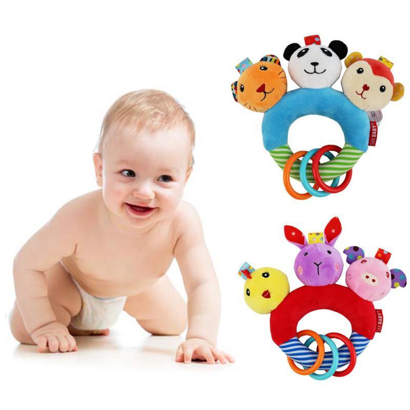 Игрушки для новорожденных: когда и какие давать?