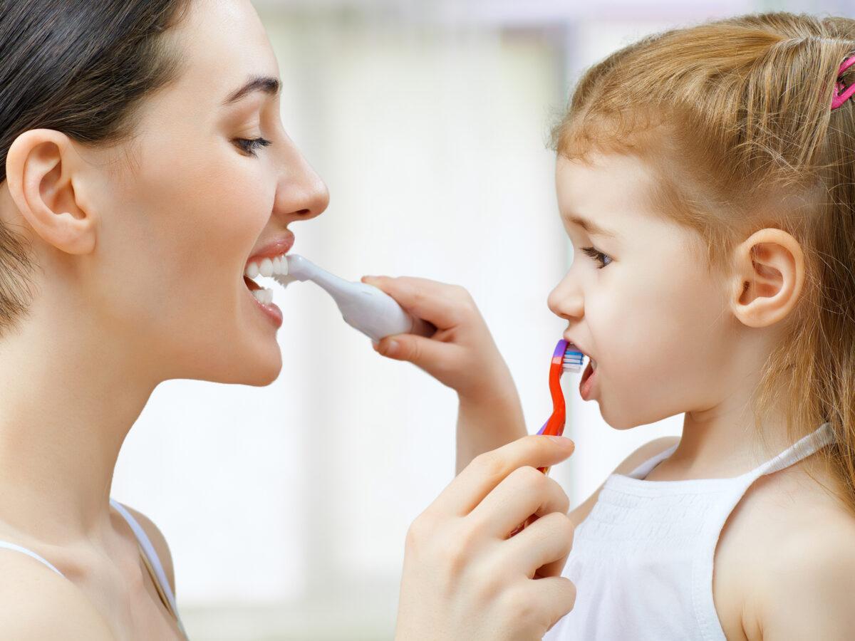 Как приучить ребенка чистить зубы? советы от мамы-стоматолога