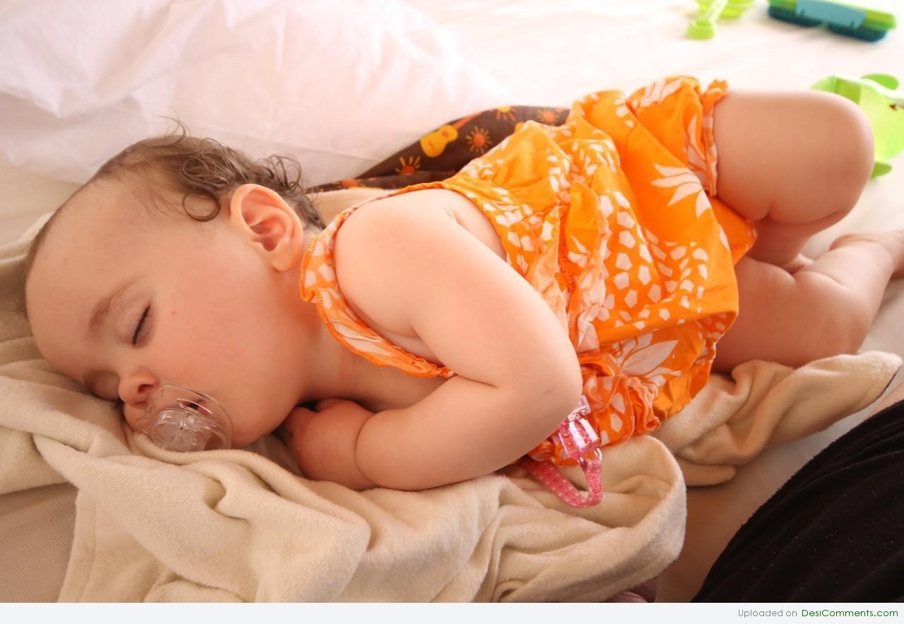 Грудничок спит на животе: можно ли ему так лежать и почему