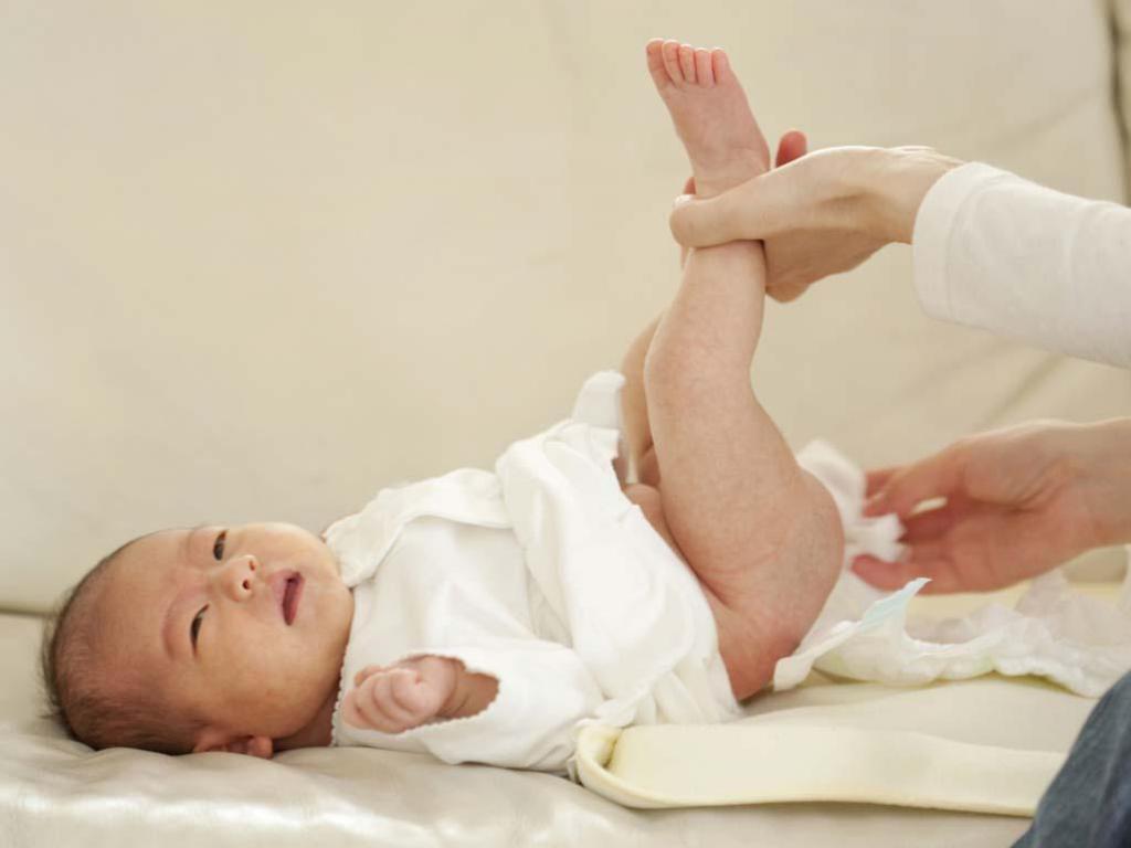 Запор у новорожденного при искусственном вскармливании: причины, что делать?