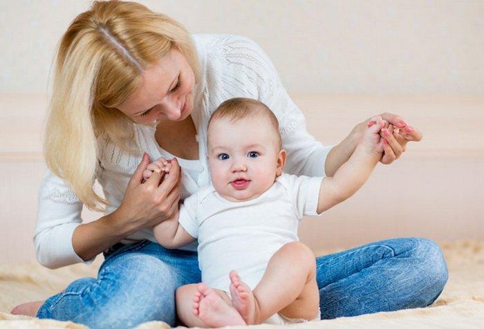 Во сколько ребенок должен сидеть и как учить ребенка самостоятельно садиться