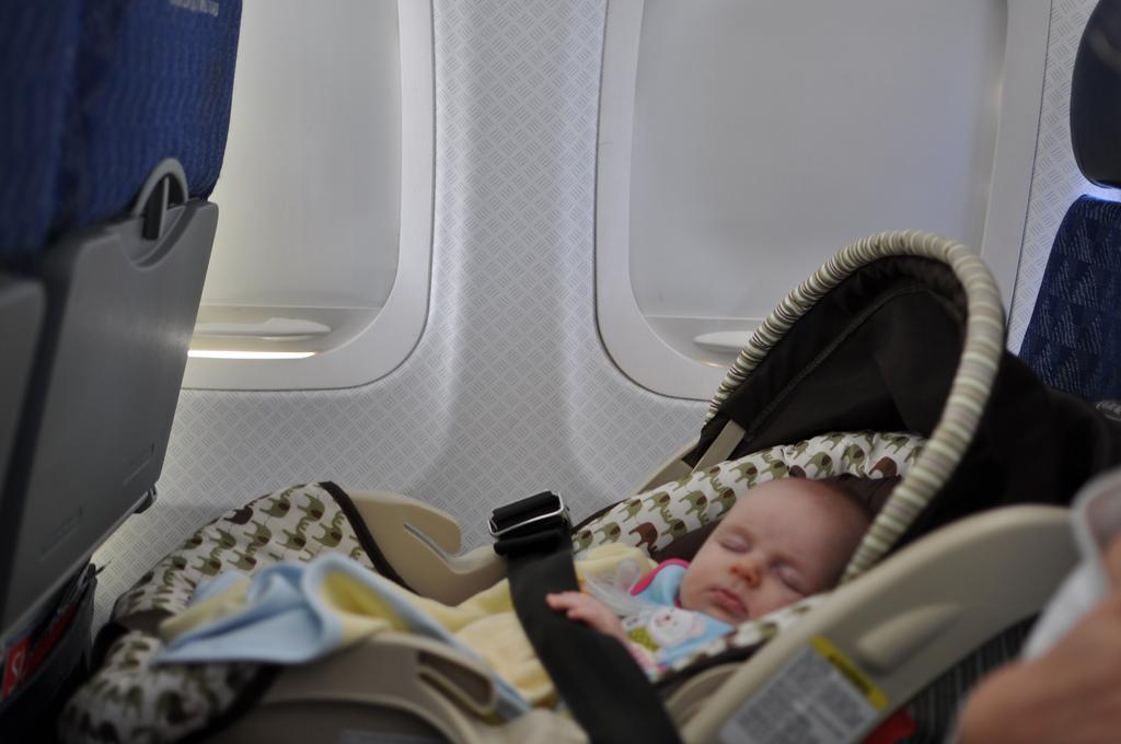 Путешествие с младенцем на самолете: чего бояться и что взять с собой