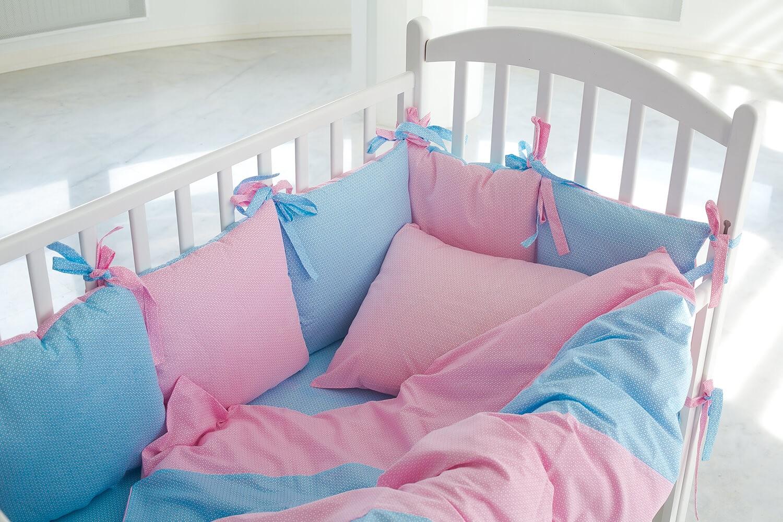 Как оформить стену над кроваткой малыша?