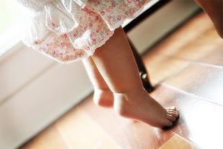 Доктор комаровский о том, почему ребенок ходит на носочках