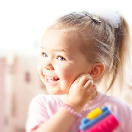 Почему ребёнок боится чужих людей: помогаеммалышуизбавиться от чувства страха