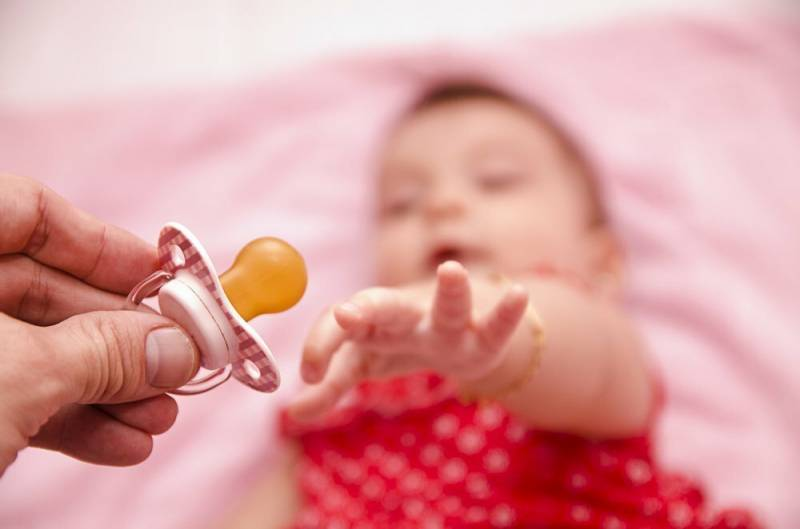 Как приучить ребенка к соске или новой пустышке?