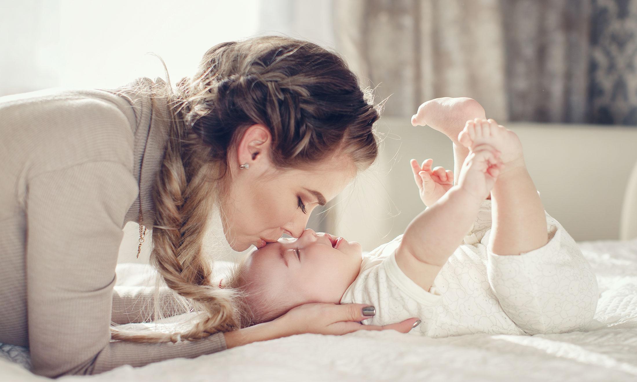 Кто из девушек на картинке является матерью ребёнка? тест раскроет подробности личности угадывающего | sm.news