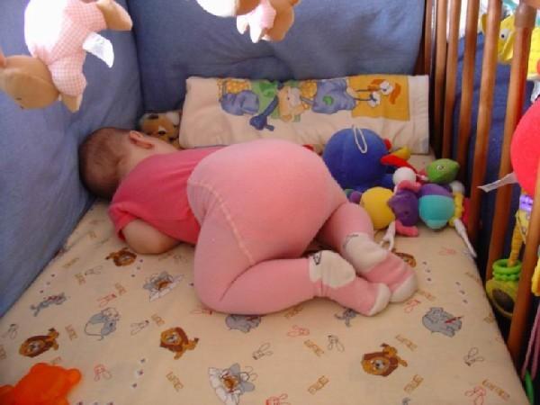 Можно ли грудничку спать на спине, боку или животе