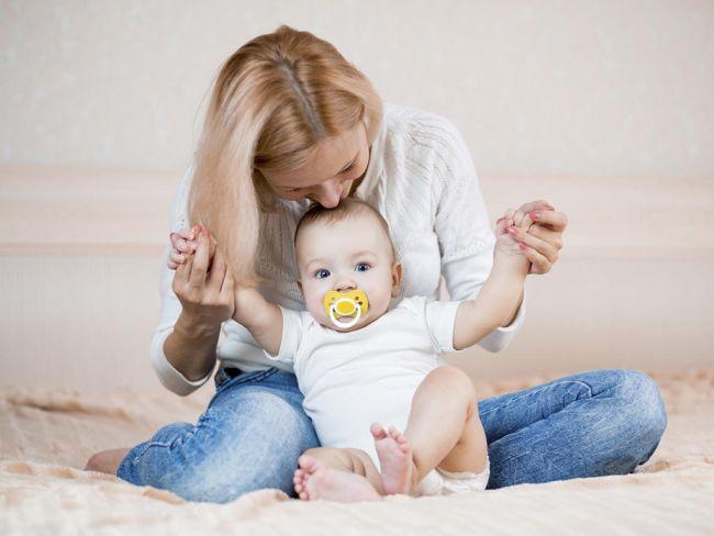 Во сколько месяцев ребенок начинает сидеть (девочка) и как ему помочь