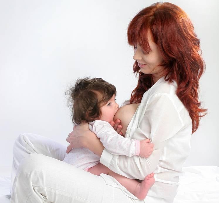 Советы кормящим мамам: выбираем позу и аксессуары для кормления