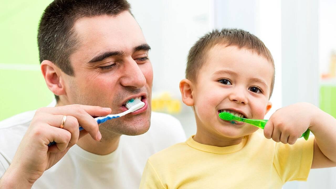 Как правильно чистить зубы детям, с какого возраста начинать, как научить малыша делать это самостоятельно и другие рекомендации + видео