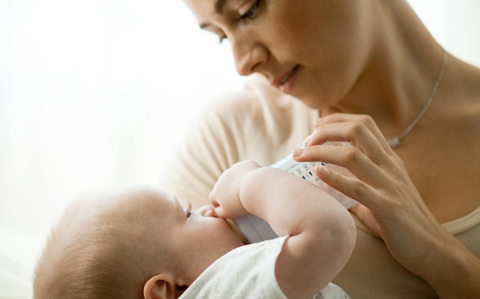 Как научить ребенка сосать грудь. правильное прикладывание ребенка к груди