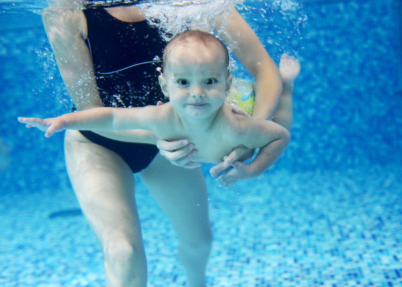 Занятия плаванием дома в ванной для грудничков