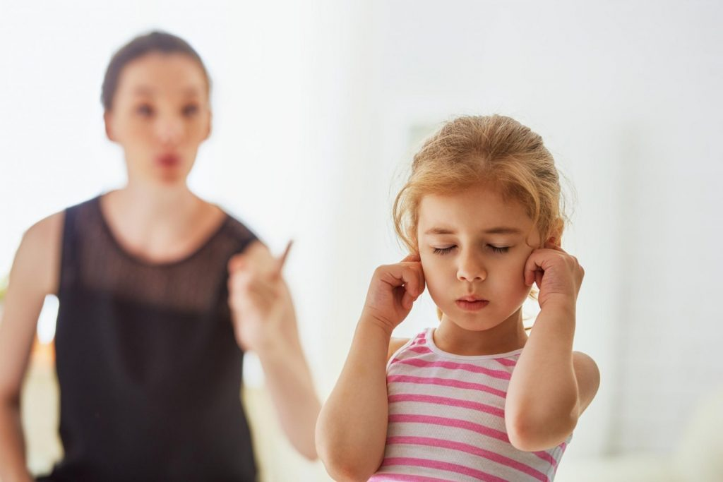 Когда дети перестают тянуть все в рот? в чем заключается опасность и как отучить ребенка?