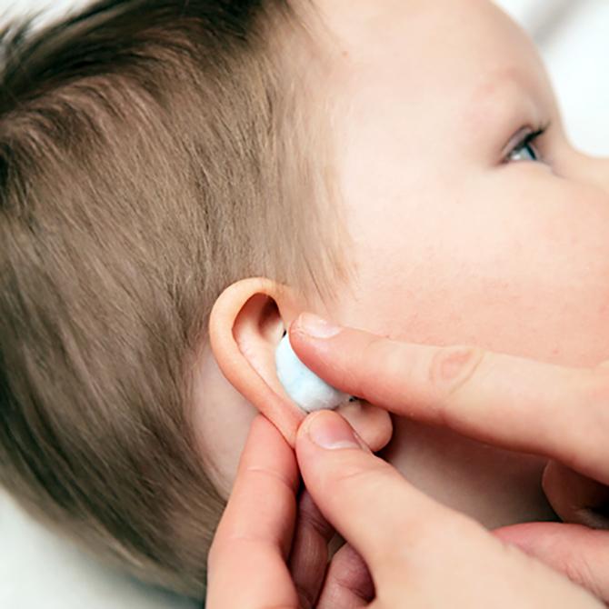 Что делать, если у ребенка болят уши?
