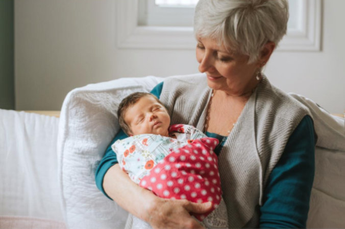 Должна ли бабушка помогать с внуками? как поделить обязанности между мамой и бабушкой. советы бабушкам